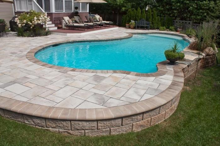 piscine semi-enterrée terrasse dalles en béton