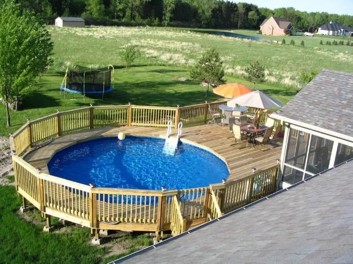 piscine semi-enterrée terrasse en bois