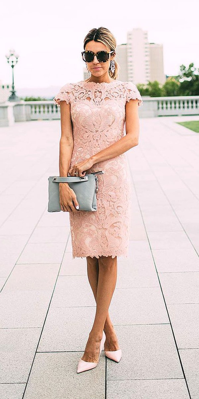 tenue invitée mariage rose pâle dentelle