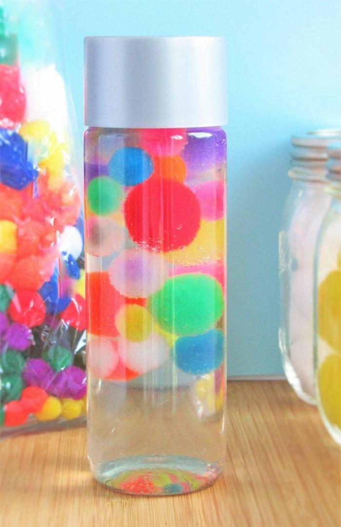 bouteille sensorielle avec des pompons