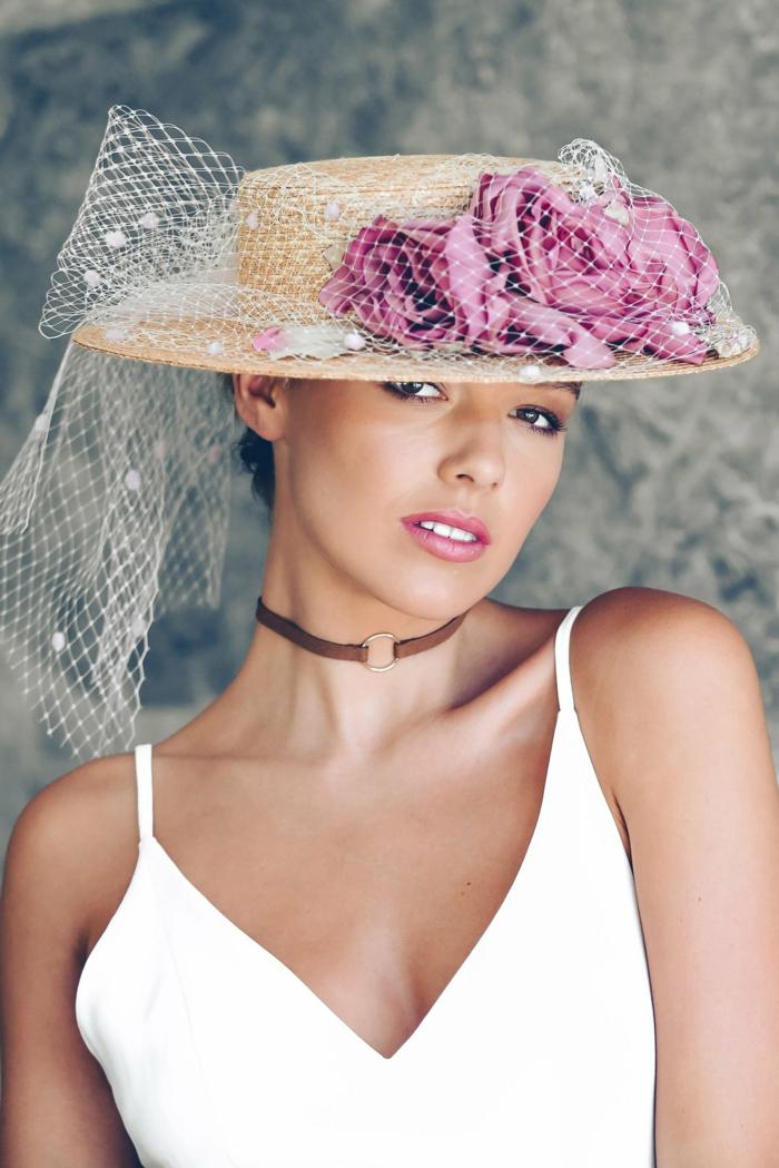 canotier chapeau de paille avec des fleurs