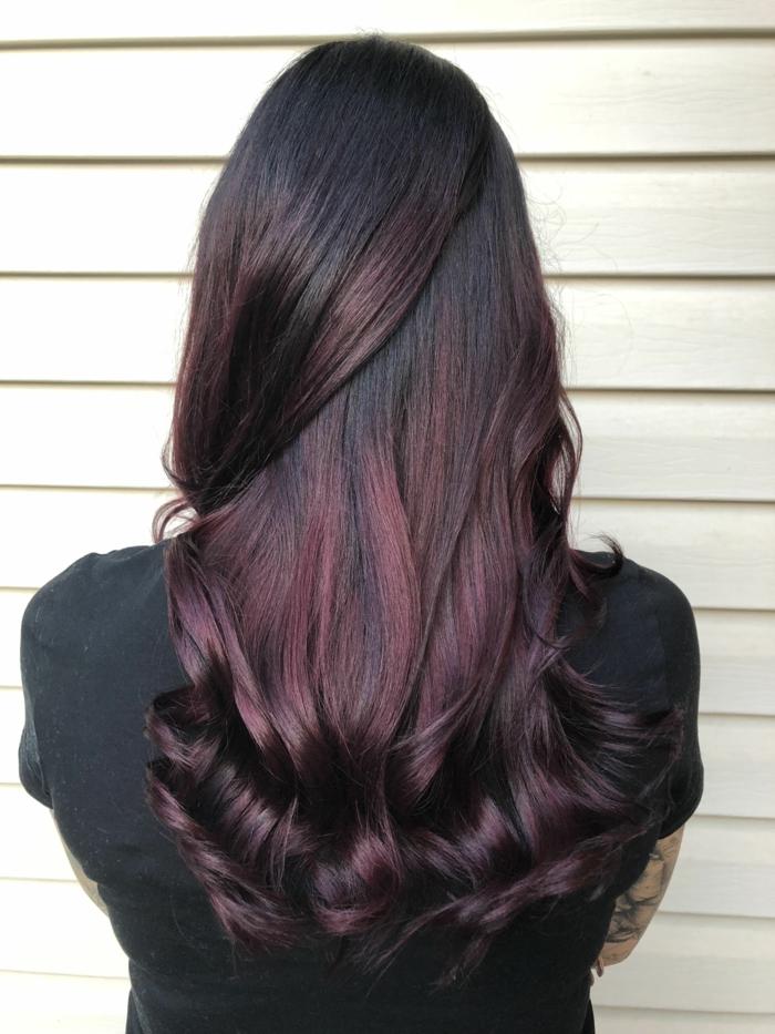 cheveux prune foncé balayage ombré nuance de rouge