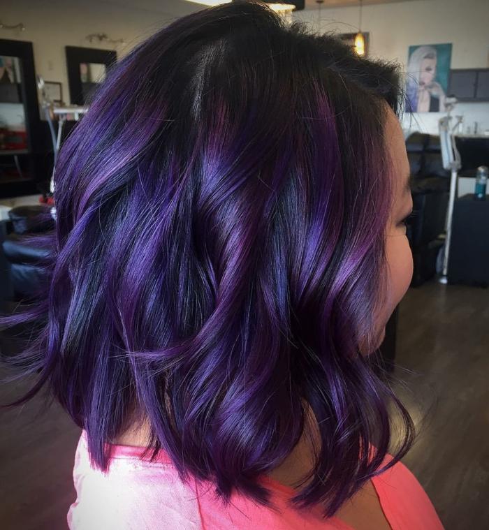 cheveux prune foncé carré boucles