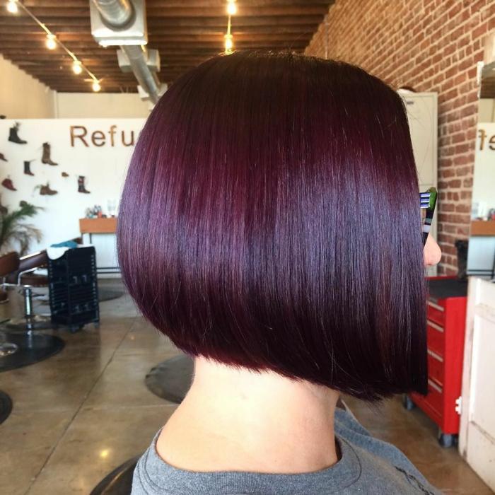 cheveux prune foncé carré plongeant