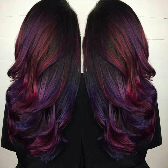 cheveux prune foncé mèches rouges