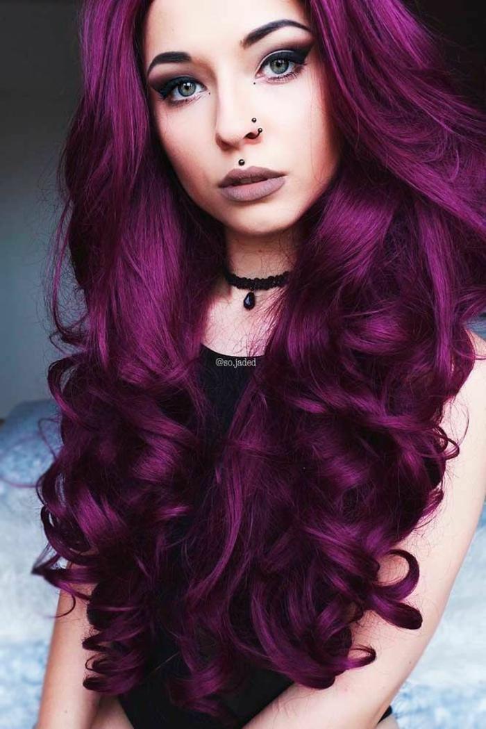 coiffure trendy cheveux prune foncé