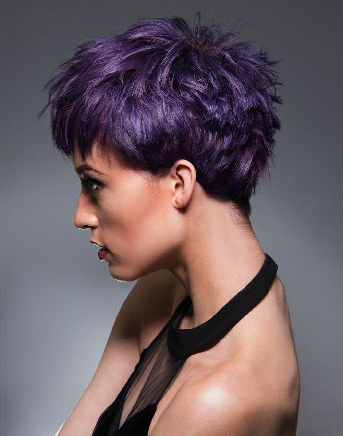 coupe de cheveux courte cheveux prune foncé frange courte