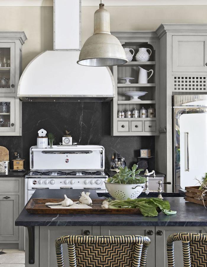 cuisine campagne chic en gris et beige crédence de peinture ardoise