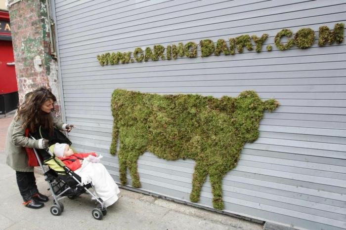 figure vache street art mousse végétale
