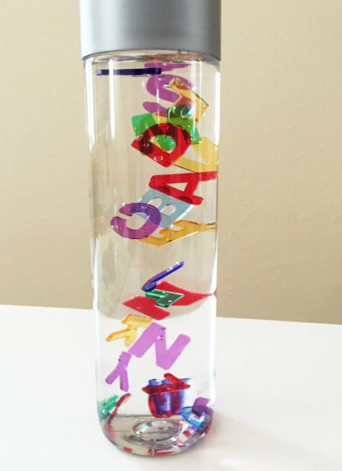 idée bouteille sensorielle lettres colorées