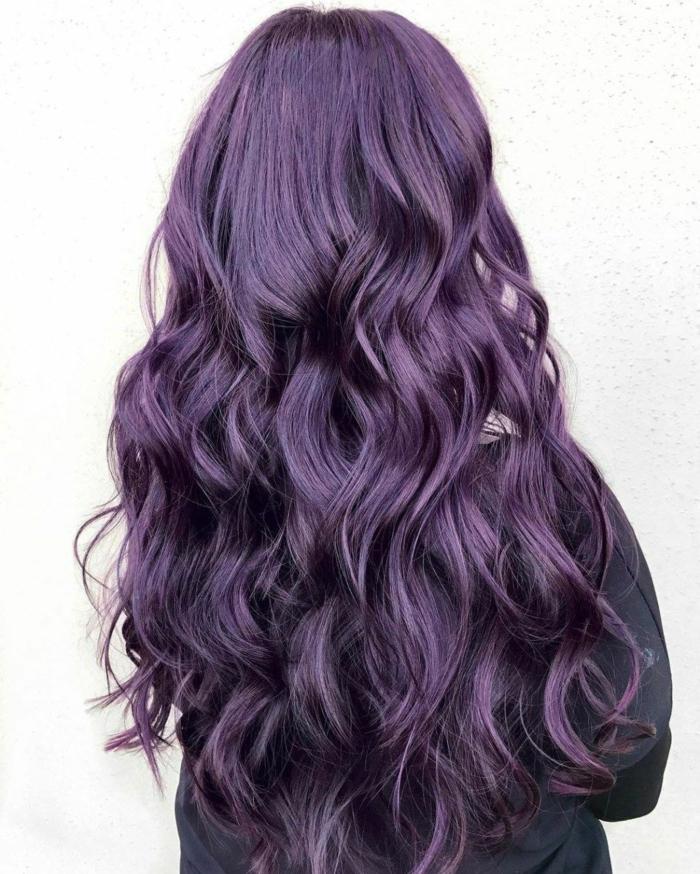 idée coiffure chic cheveux prune foncé
