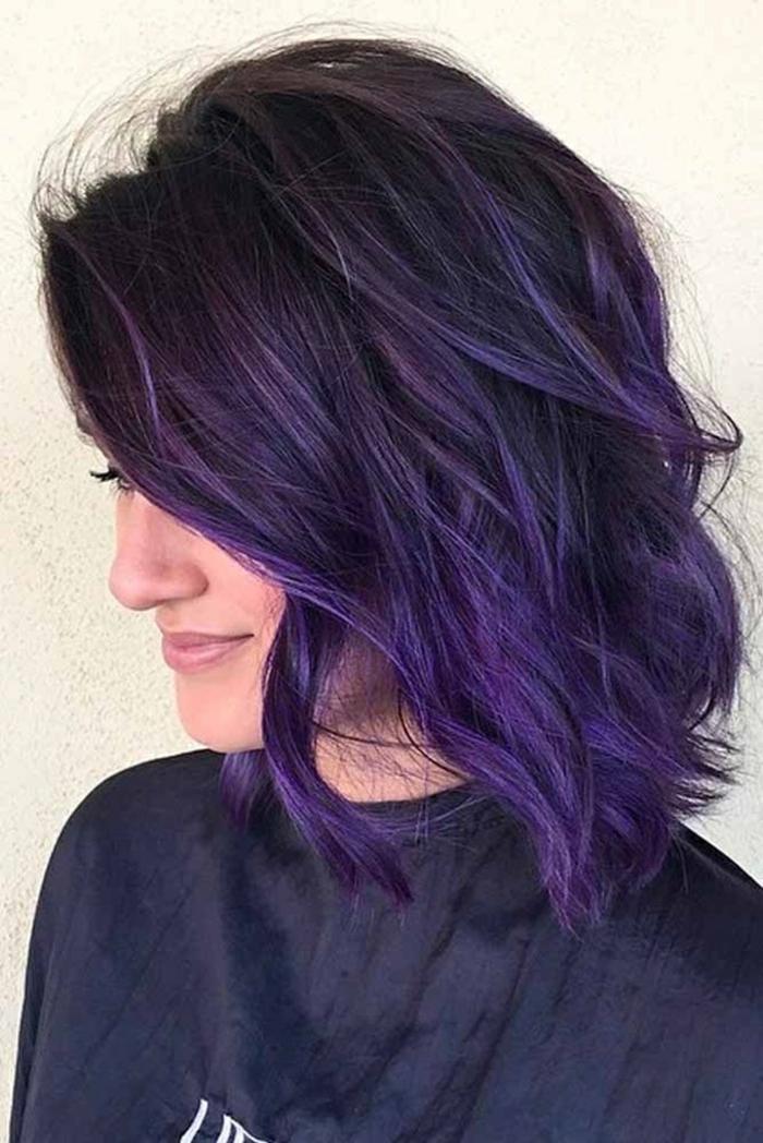 idée coupe de cheveux courte cheveux prune foncé