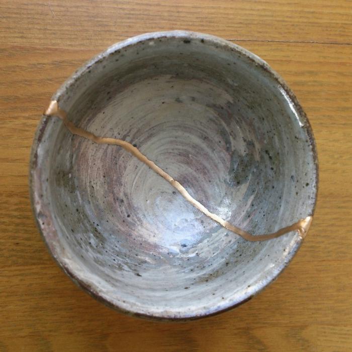 kintsugi pour embellir la céramique brisée