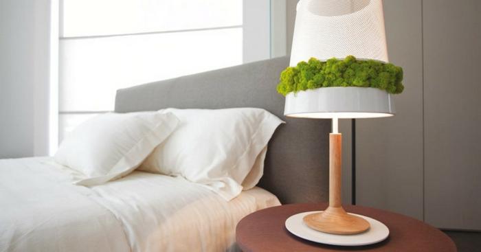 lampe de chevet décorée de mousse végétale