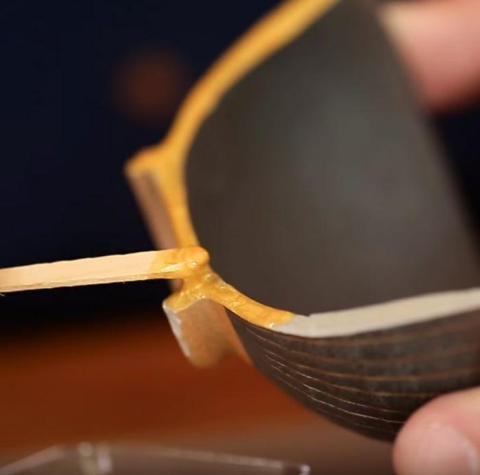 mélange époxy et poudre d'or pour réaliser la technique kintsugi