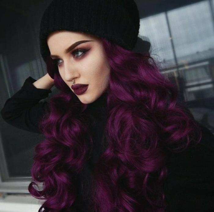 tenue femme fatale cheveux longs bouclés cheveux prune foncé