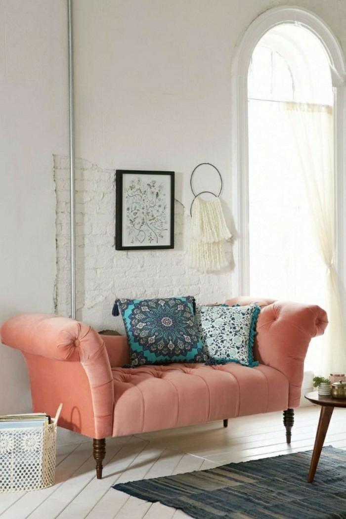 aménagement salon canapé en couleur corail