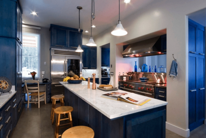 armoires de cuisine îlot central en couleur indigo