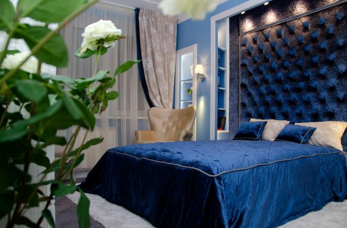 chambre élégante couverture de lit et tête de lit couleur indigo