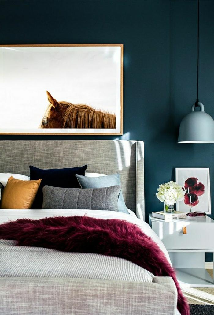 chambre chic jetée de lit en couleur lie de vin mur bleu