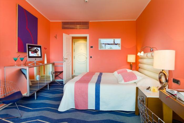 chambre en couleur corail accents en couleurs foncées