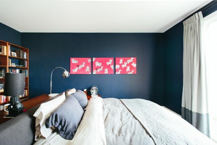 chambre en couleur indigo panneaux muraux en corail