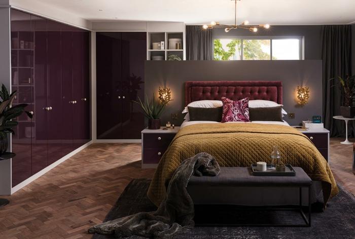 chambre tête de lit en couleur lie de vin