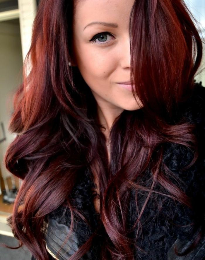 cheveux couleur auburn rougeâtre