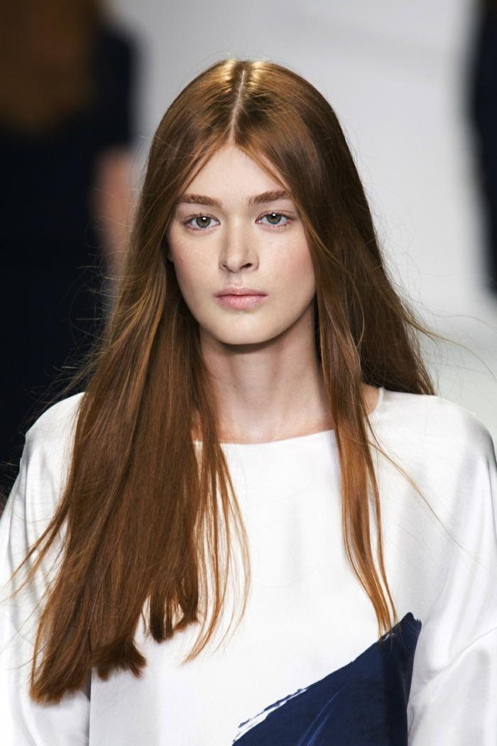 cheveux longs lisses cheveux couleur auburn