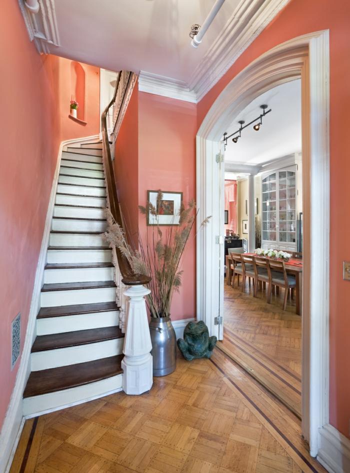 couloir et escalier en couleur corail