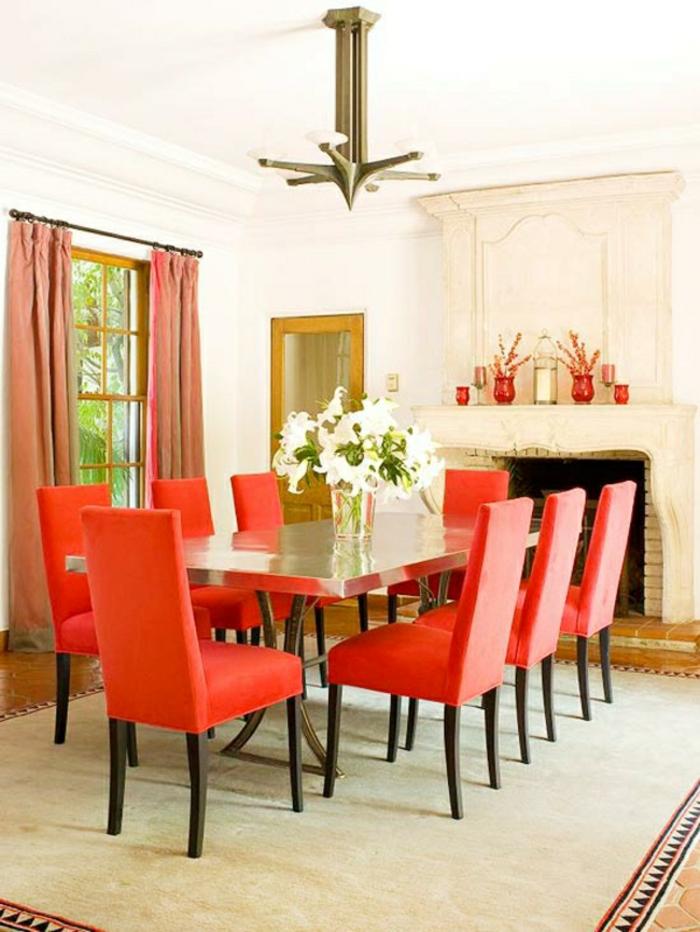 déco salle à manger chaises en couleur corail