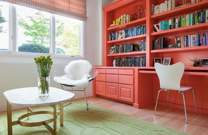 déco salon bibliothèque en couleur corail