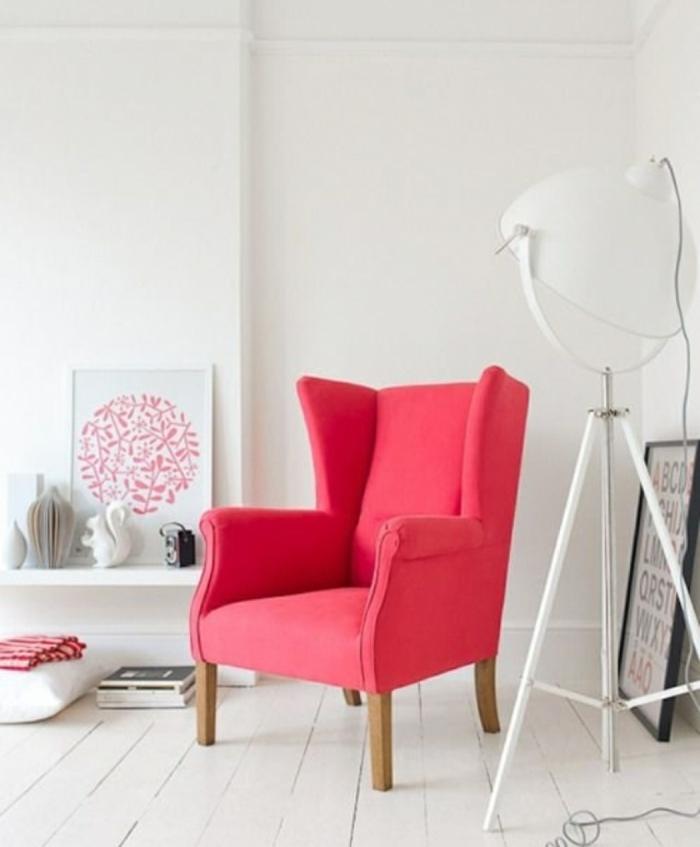 déco salon blanc fauteuil en couleur corail