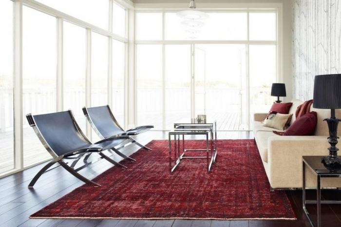 déco salon tapis et coussins en couleur lie de vin