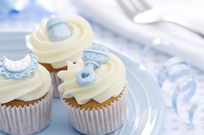 décoration baptême garçon cupcakes