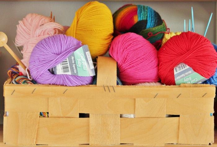 fils à tricoter en différentes couleurs