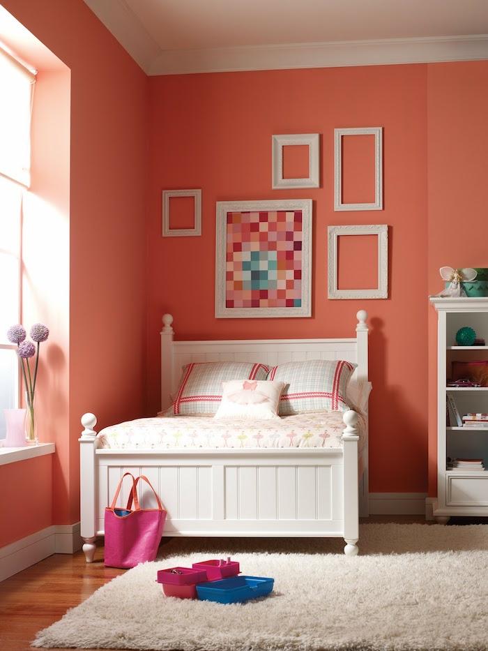 petite chambre peinte en couleur corail