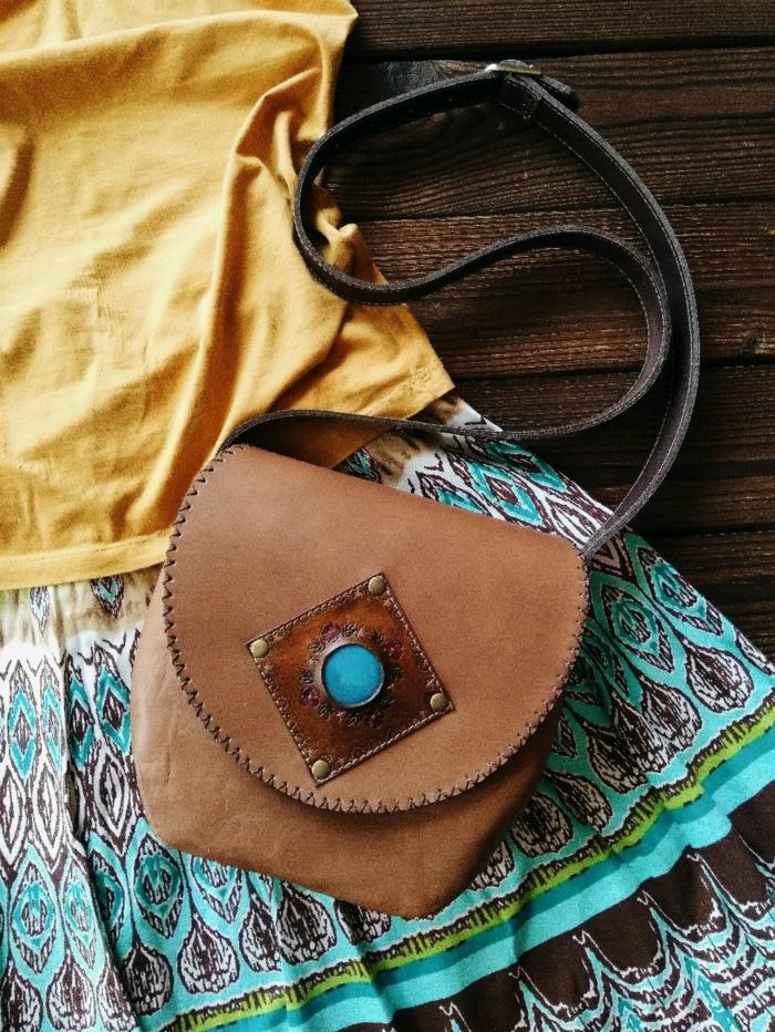 robe longue bohème et sac à main en cuir