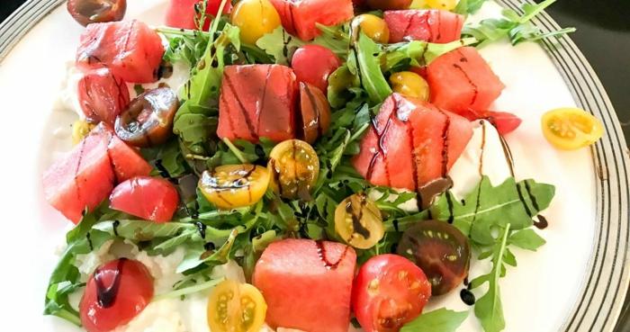 salade de la pastèque cherry et feuilles de rucola