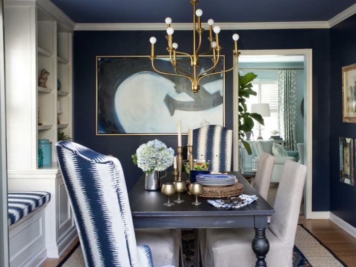 salle à manger chaises décorées de motifs en couleur indigo