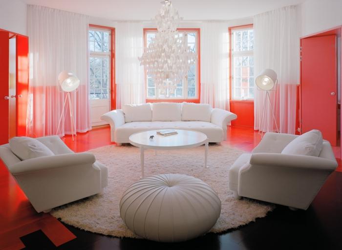 salon en couleur corail et blanc