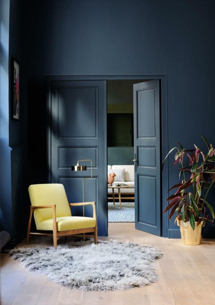 salon fauteuil jaune tapis shaggy peinture murale couleur indigo