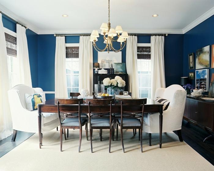 salon fauteuil rideaux tapis blancs murs couleur indigo