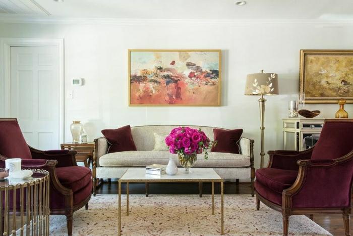 salon fauteuils rétro et coussins en couleur lie de vin