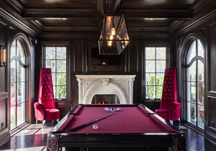 salon table de billard et fauteuils en couleur lie de vin