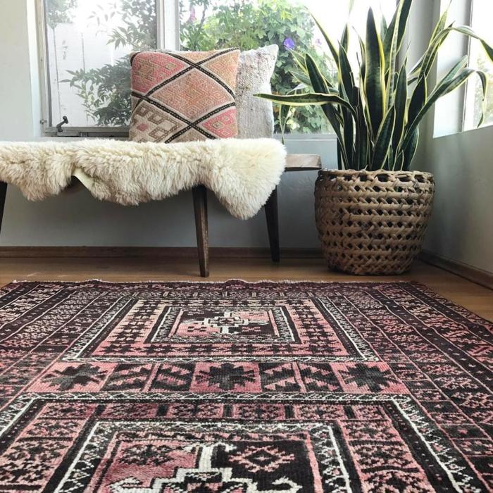 tapis berbère motifs graphiques en noir et rose pâle