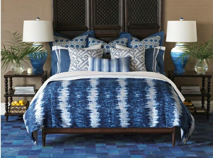 tapis couverture de lit coussins en couleur indigo chambre