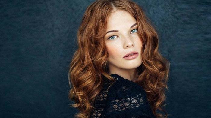 yeux bleus cheveux couleur auburn