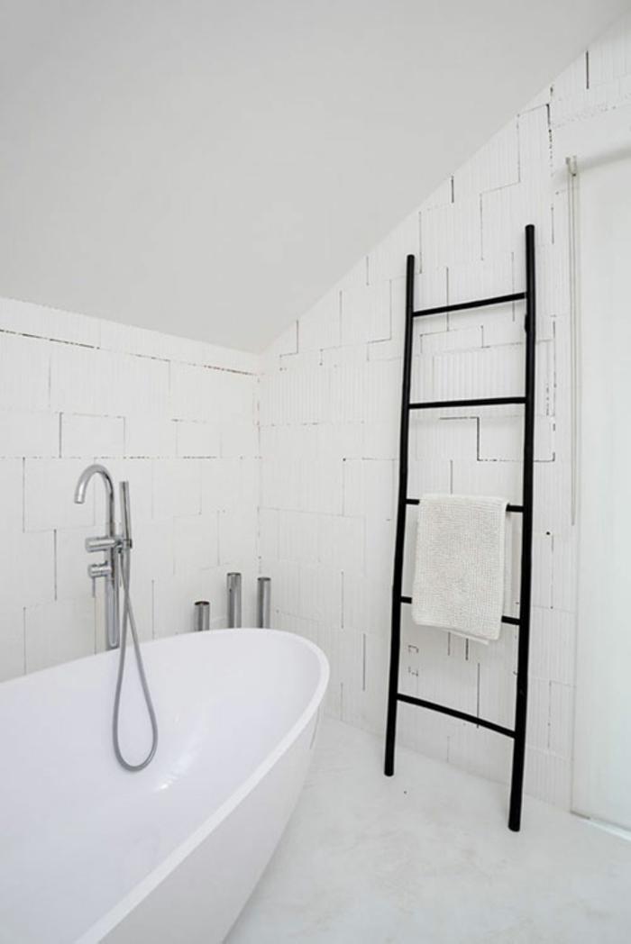 échelle bois déco dans une salle de bain blanche