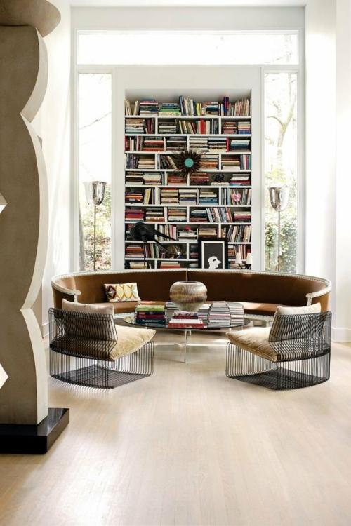 Canapé rond couleur brun devant la bibliothèque